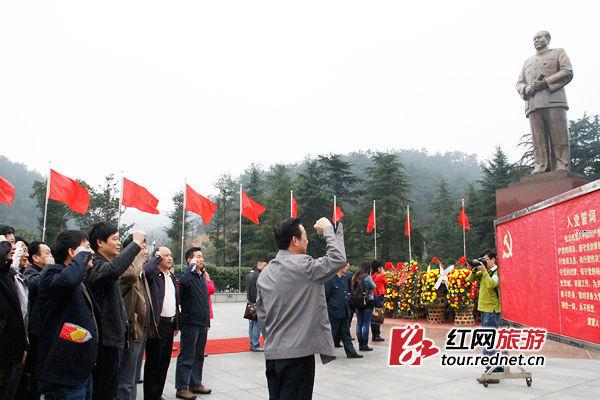 上午,参与首发专列体验的游客们抵达韶山毛泽东广场,向毛泽东铜像宣誓。
