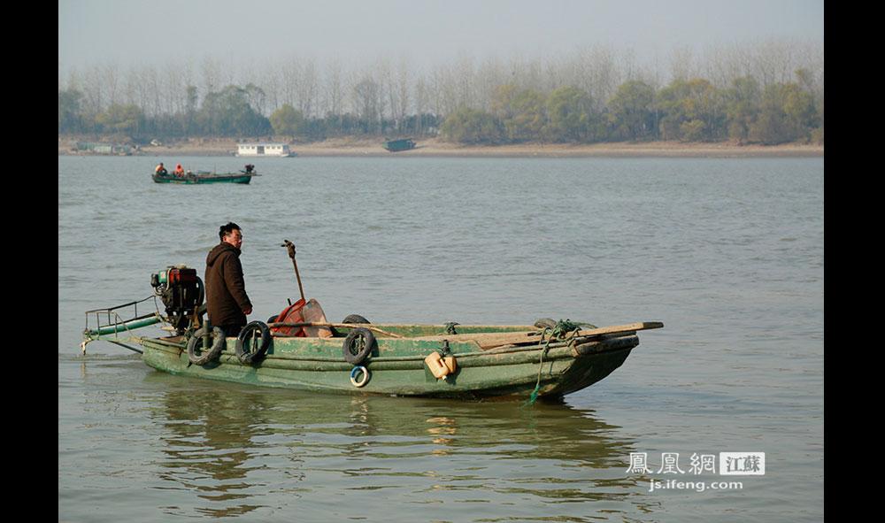 63岁的徐开林是岛上仅有的两户居民之一,他和妻子在这座不通自来水、不通电的荒岛上已经生活了13年。由于尚未修路架桥,一艘柴油机驱动的小木船便成了连接徐开林与岛外世界的唯一交通工具。(王剑/摄)