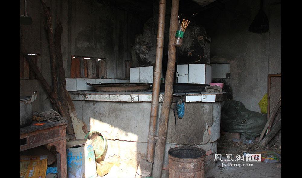 徐开林和妻子的厨房用的是烧柴火的土灶,柴火是岛上随处可见的枯叶断枝。(王剑/摄)