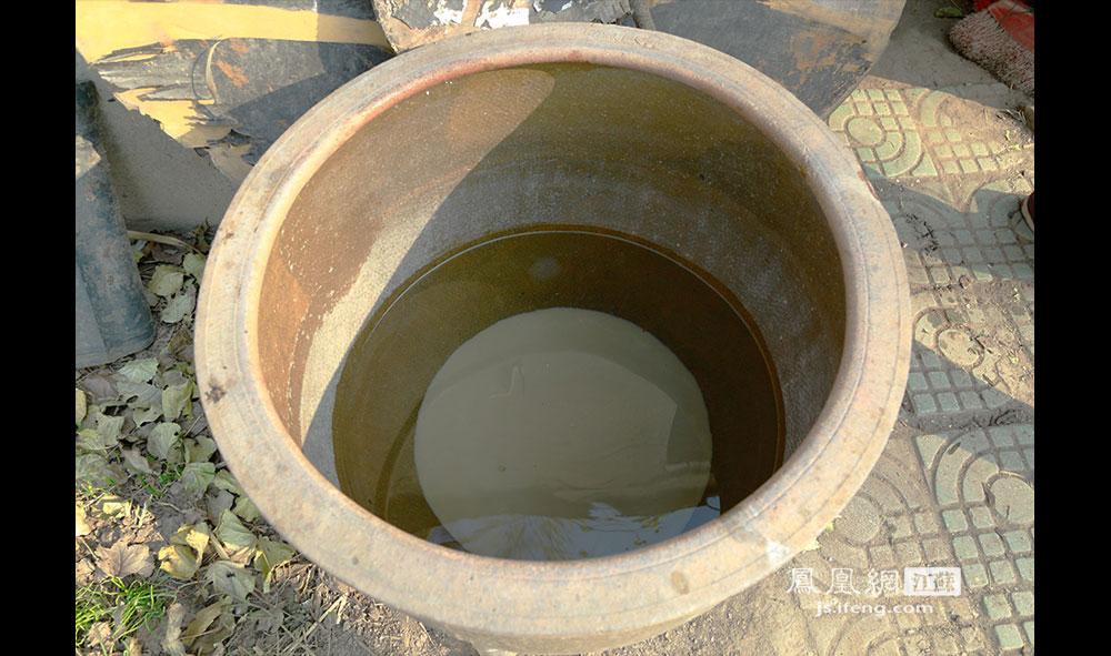 岛上没通自来水,徐开林夫妇就把长江水倒进一口大缸,放进明矾澄清后用。徐开林曾尝试打了几口井,但均以失败告终。他们还曾养过猪和羊以改善生活,但由于担心猪粪羊粪流到江中污染江水,被有关部门制止。(王剑/摄)