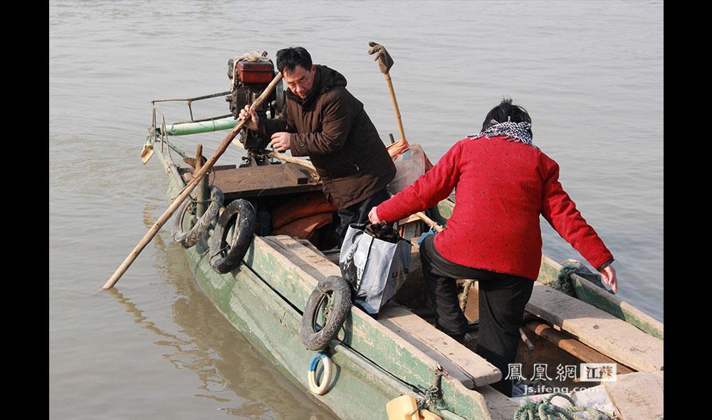"""12月13日中午,徐开林收到一位老友的邀请,开船去小岛对面一起吃午饭。在朋友的口中,老徐被称为""""岛主""""。(王剑/摄)"""