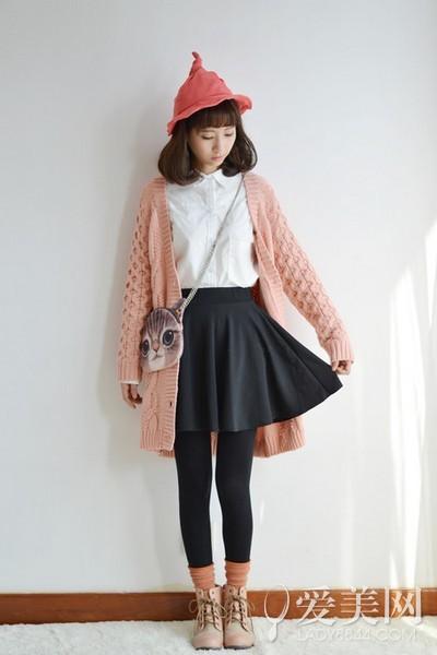 搭配要点:白色衬衫+黑色伞裙+粉色毛衣开衫+黑色裤袜