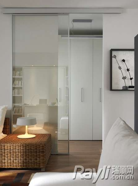 白色衣柜 白色的柜门保证了空间的整洁和利落感.