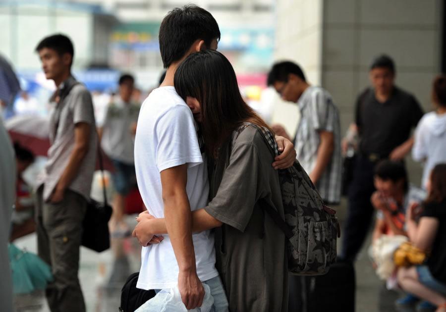 青春散场 大学情侣同窗依依惜别 - 月  月 - 阳光月月(看新闻 寓娱乐)