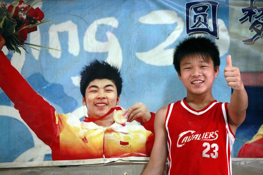 吴江黎站在陆永照片前摆pose.他和陆永都来自广西柳州三江侗族自图片
