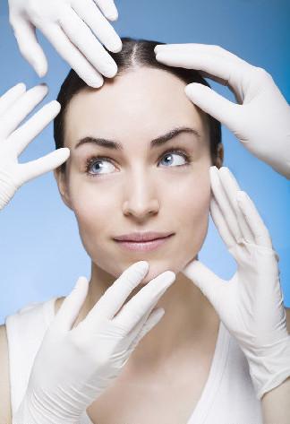 《医师执业证书》和《医疗美容主诊医师资格证书》