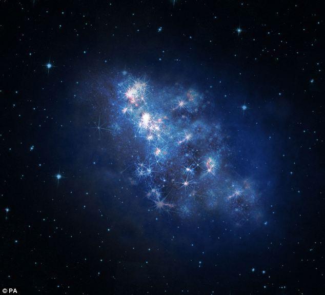 科学家发现宇宙最遥远星系距离地球300亿光年远 凤凰科技讯 北京时间10月24日消息,英国每日邮报报道,近日天文学家发现了宇宙里里最遥远的星系。这个星系如此遥远以至于哈勃太空望远镜最初捕获的它发出的光花费了131亿年时间到达地球。这样遥远的距离意味着科学家正在观测的光其实产生于宇宙婴儿时期。 这个星系距离地球300亿光年远,但我们只能看到131亿年前发出的光,因为宇宙一直在膨胀。美国夏威夷凯克1天文望远镜上的新的分光镜——能够产生和观测光谱或者辐射的光学设备—&mda