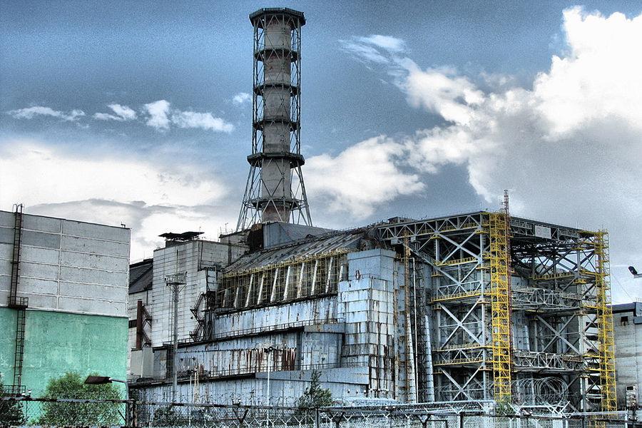 """目前位于乌克兰基普以北130公里的切尔诺贝利核电站依然被埋在混凝土和铁板铸就的""""石棺""""中,这个前苏联最大的核电站在1986年4月26日爆发了当时世界上最大的核污染事故。8吨多强辐射物泄漏,30人当场死亡。辐射线剂量是广岛原子弹400倍以上。"""
