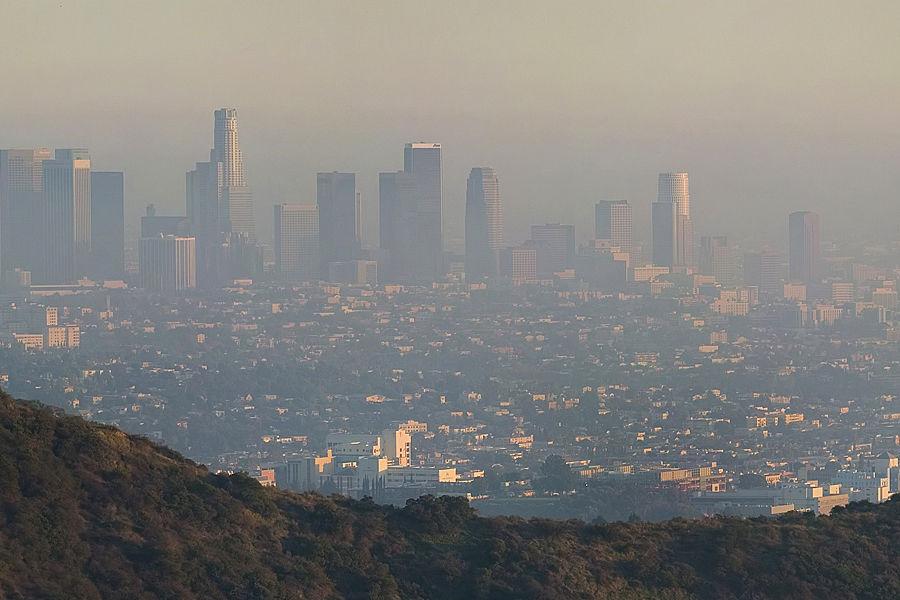 1940年代起,美国西部繁华都市洛杉矶陷入光化学污染困境,每年夏季到早秋,天空便会弥漫浅蓝色烟雾,这种烟雾由汽车尾气和工业废气造成,使人眼睛发红,咽喉疼痛,呼吸憋闷、头昏、头痛。1952年12月的一次污染事件中,洛杉矶市65岁以上的老人死亡400多人。