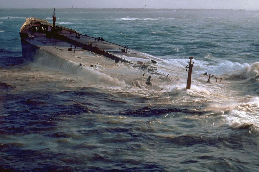 1978年3月16日夜,美国标准石油公司的超级油轮的艾莫科.凯迪斯号在法国布列塔尼海岸搁浅,溢出原油形成宽18海里、长80海里的油河,污染了130海里。石油污染将使浅海海生物灭绝,浅海床海藻、珊瑚礁和植物被破坏。