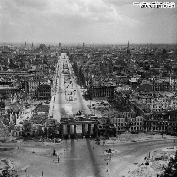 如果拿德国城市韦瑟尔1945年遭轰炸后的废墟像片和月球的卫星照片
