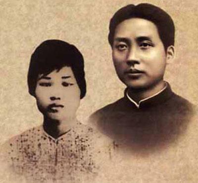 """""""一条木帆船从湘江经湘潭,漂到了涟水河。毛泽东和杨开慧带着两个儿子岸英岸青,毛泽民帮着照看两个侄子,一路上说说笑笑,不觉快到银田寺了。  """"毛泽东与杨开慧"""
