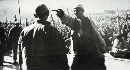 """黄店屯村位于辽东半岛中西部的复县(今瓦房店市)。东北光复不久,八路军接收了伪满政权,1945年10月,复县民主政府成立,黄店屯村也随之""""解放了""""。可没想到,一年之后,国民党军队又打进来。又过了半年,辽东地区东北民主联军反攻胜利,黄店屯又迎来了""""二次解放""""。"""