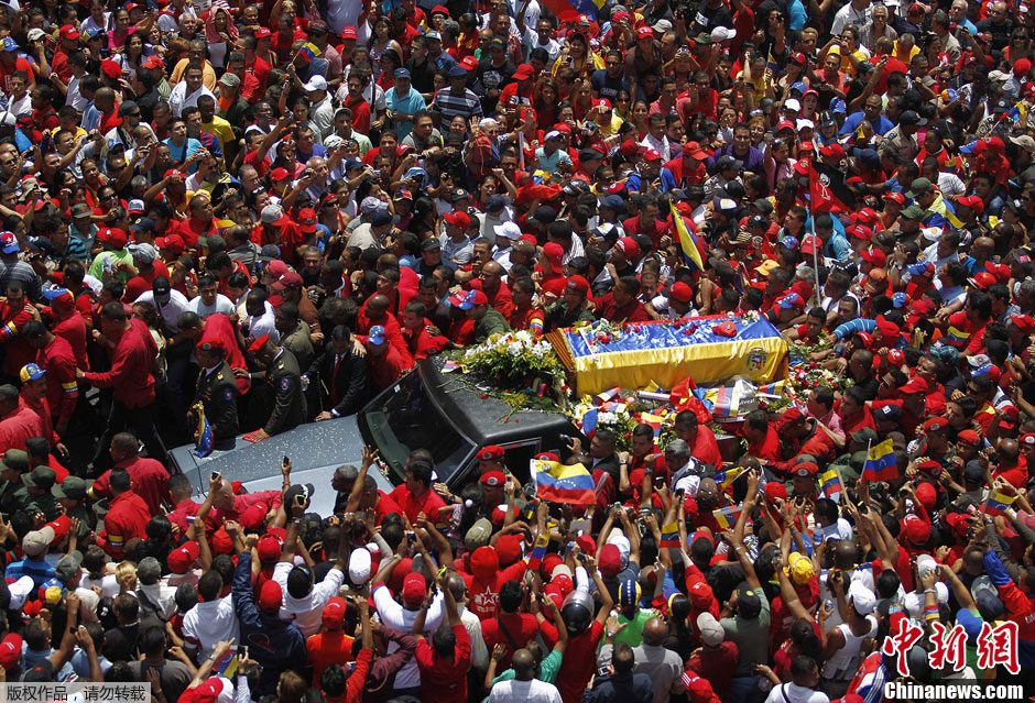 """当地时间3月6日,委内瑞拉首都加拉加斯,汽车载着查韦斯的灵柩,缓缓通过加拉加斯街道。数万民众在街头向""""总司令""""查韦斯告别,查韦斯的灵柩将被运到首都的军事学院。"""