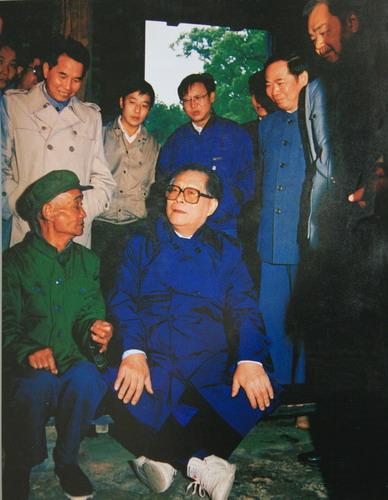"""1989年10月13日至18日,江泽民视察井冈山和吉安、南昌,他说:""""光荣的井冈山革命传统一天也不能忘掉。""""以下为一组江泽民视察的老照片。"""
