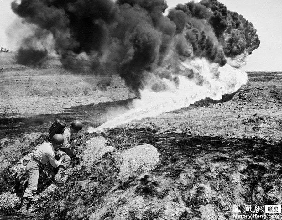 """抗美援朝第四次战役,即1951年""""春季攻势"""",发生于1951年1月25日~4月21日,中国人民志愿军和朝鲜人民军为制止美国为首的""""联合国军""""及其指挥的南朝鲜(韩国)军发动的攻势,争取时间掩护后续兵团到达,进行反击准备,在""""三八线""""南北地区进行的防御战役。图为1951年4月15日,正在使用喷火器进行攻击的美国盟军士兵。"""