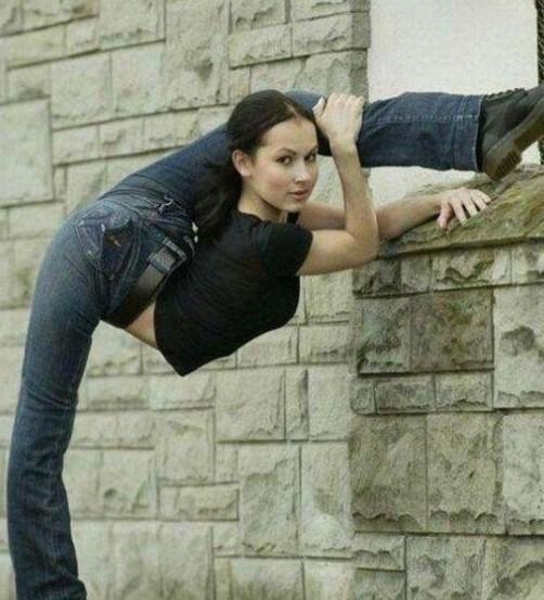 美女极限柔术 奇葩姿势难以置信