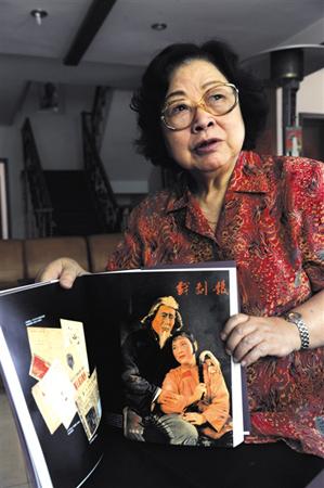 2009年,新京报记者采访过王昆,她向记者展示了1962年某期《戏剧报》封面刊登的《白毛女》剧照。尹亚飞 摄