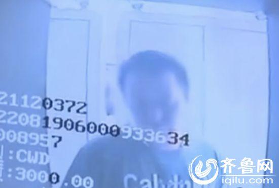 警方通过骗子在银行的取款视频以及车辆信息,终于锁定了犯罪嫌疑人。(视频截图)