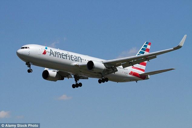 美客机挡风玻璃破碎 紧急降落无人伤亡
