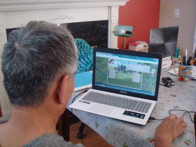 王善言/华裔小区有银发族人士也喜欢玩网络游戏。(美国《世界日报》/王...