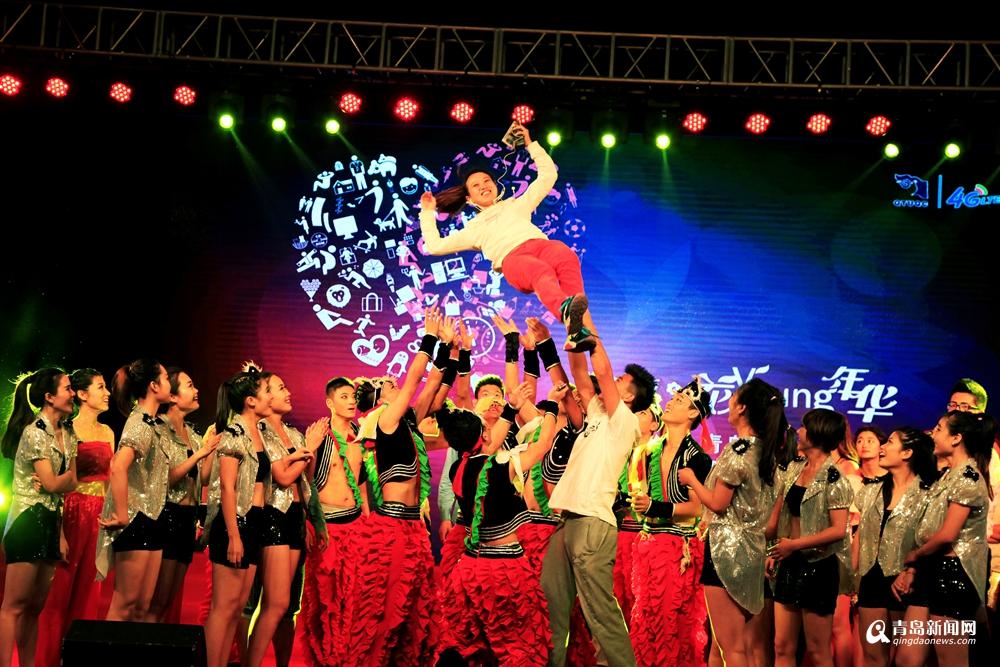 实拍青岛某大学迎新晚会 舞美灯光堪比春晚图片