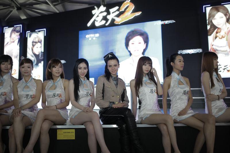 巨人SG旗袍装大秀曲线 长龙阵美腿如林秒全