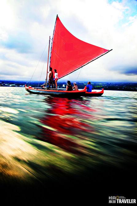 一艘传统的带有舷外架的独木舟乘着清爽的海风