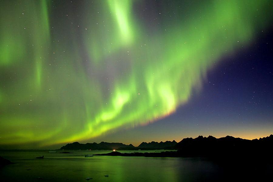 """费尔班克斯(Fairbanks),阿拉斯加第二大城市,也是完全由早期探险者建立起来的城市,早在1902年,一批淘金者在此处定居下来并逐渐发展成为城镇。这里地处高纬度,是北美洲最接近北极圈的主要城市。有""""北极光之都""""之称。"""