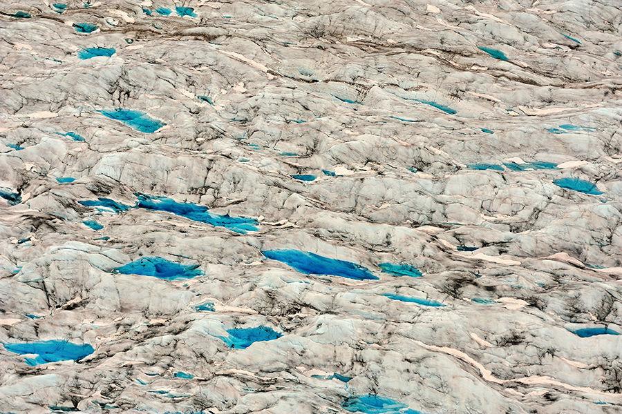 阿拉斯加的壮美和冰川密不可分。从表面看,地球上处处可见的污染似乎离这里很遥远,阿拉斯加天赋一般的纯净无瑕。从近处看冰川裸露的断面,场面更是惊人。入海处的冰川失去了大地的支持而不停崩塌,向我们展示着冰川深层的秘密。