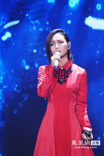 周笔畅代表中国出征 红裙亮相展现完美唱功