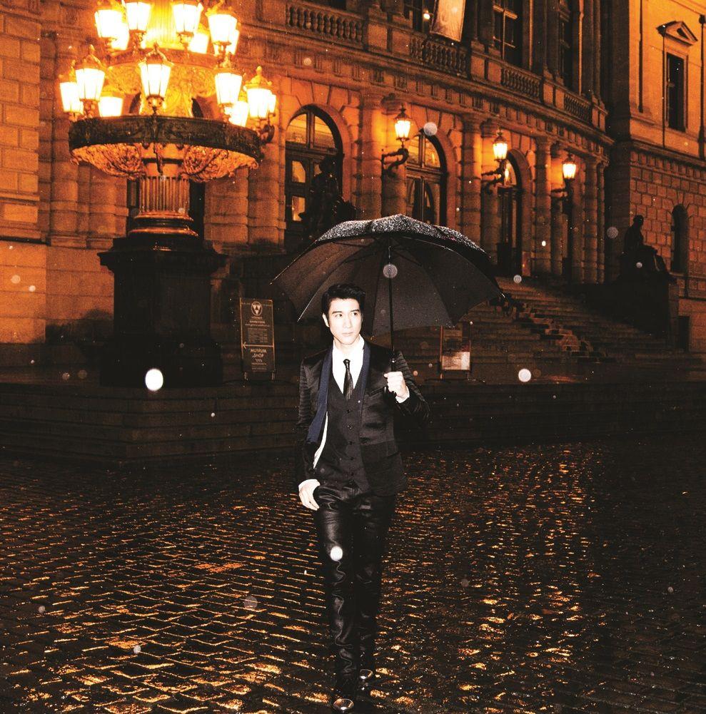 亚洲流行音乐天王王力宏筹备四年心血结晶作品《你的爱。》将在1月23日正式发行,专辑以爱为名启发了13首咏爱之歌,从对爱情、亲情、友情延伸广泛到对宗教的爱、心灵上的爱。而专辑中有多首歌特别以古典弦乐结合电音引领目前全世界最新的EDM曲风,并开创了中文EDM曲风,搭配王力宏这次时而高亢、时而空灵、时而沉稳的唱腔,让歌曲充满戏剧式效果,仿佛看到电影画面,首首都犹如音乐剧电影主题曲精彩!