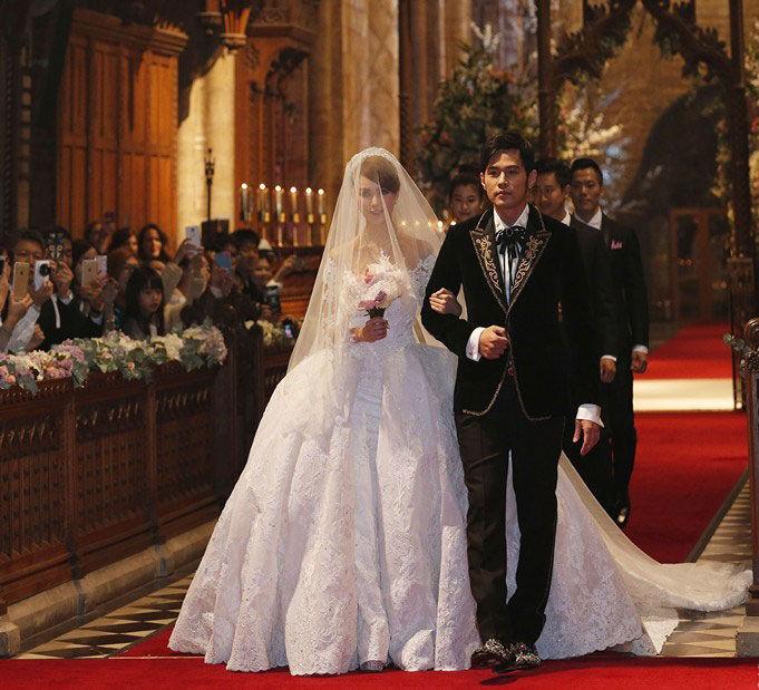 周杰伦与昆凌在英国时间一月17日的下午,于英国Selby Abbey教堂举办婚礼,昆凌的父亲牵着昆凌走红毯,再将她的手交给周杰伦,在两位牧师的见证下,两人互换戒指,交换誓约,完成了终身大事!现场诗班演唱与弦乐队演奏,加上亲友的祝福,气氛浪漫而喜悦!特别的是,有别于一般婚礼走红毯时播放的结婚进行曲,周董为自己的婚礼写了一首曲子(没有命名),再交由现场弦乐队演奏,唯美弦乐的浪漫曲风,让婚礼有了不同的情境!