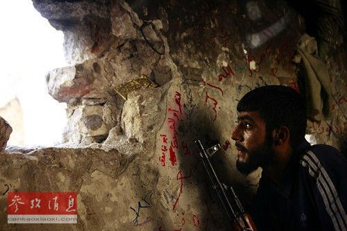 """9月8日,一名叙利亚自由军士兵在阿勒颇的一处哨岗监视叙利亚政府军的行动。路透社src=""""http://y1.ifengimg.com/dcf9481dc566357e/2013/0912/ori_5231726ba86ee.jpeg"""""""