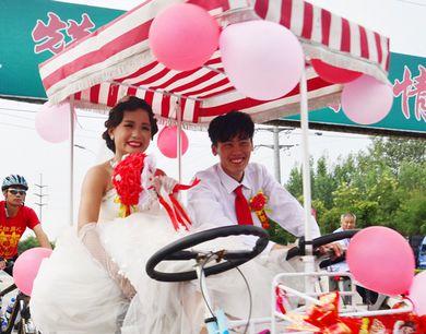 聊城90后农村小伙骑行26公里迎娶城里新娘