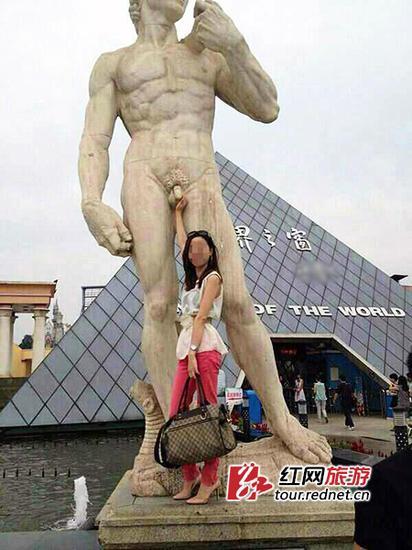 长沙裸身雕像遭女游客咸猪手 网友震惊了图片