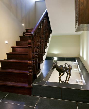 古色古香的楼梯设计 编辑点评:设计师将欧式古典的