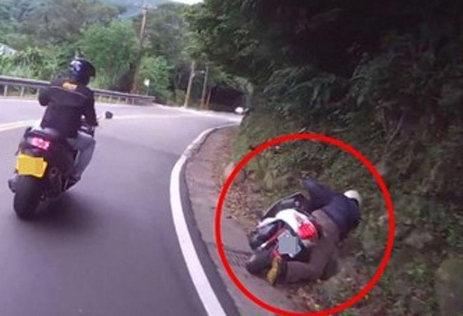 骑车男子回头看美女 一头撞上山壁