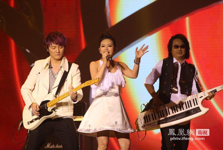 北京 王瑾瑶/飞儿乐队为2013华姐总决赛献唱华姐主题曲成亮点(/2)