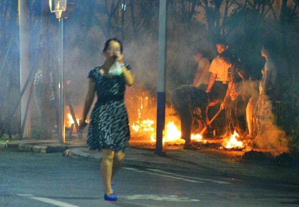 七月十五中元节市民街头烧纸钱