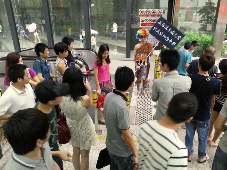 深圳街头惊现怪兽哥+举牌求与美女合照 游戏