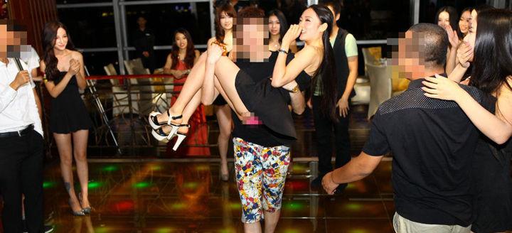 图为网爆Showgirl游艇门照片,尺度堪比海天盛筵,围观者惊呼贵圈真乱