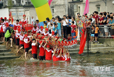 广东揭阳举行传统仪式庆 新龙下水 迎端午