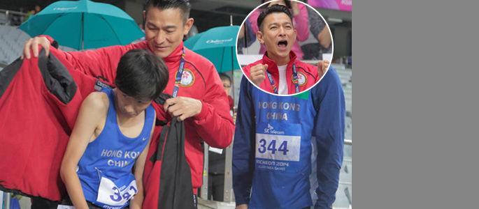 实拍刘德华为残亚运动员贴心披衣暖身