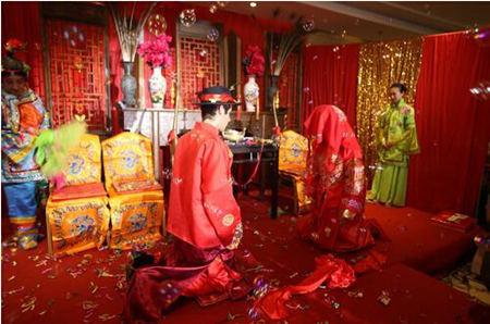 意大利小伙迎娶徐州女孩 穿汉服吃月饼拜堂(图)_江苏频道_凤凰网