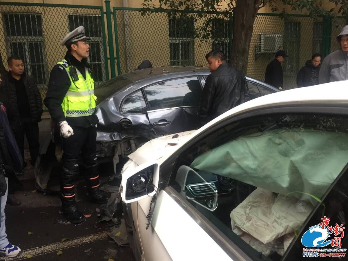 南京凌晨宝马车祸 22岁宝马男被护栏插穿当场死亡_齐鲁网
