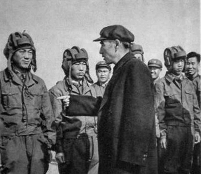 林彪,原名林祚大,字阳春,号毓蓉;曾用名育容、育荣、尤勇、李进。军事家,中华人民共和国元帅。1925年参加中国共产党。参加了八一南昌起义。在井冈山时期先后任营长、团长、军长、军团长等职。参加了红军长征。抗日战争时期任八路军一一五师师长。解放战争时期任东北野战军司令员等职,指挥了辽沈战役、平津战役等重大战役。解放后历任国防委员会副主席、国防部长、中央军委副主席等职。(来源:凤凰网历史)图为林彪元帅与坦克兵交谈。
