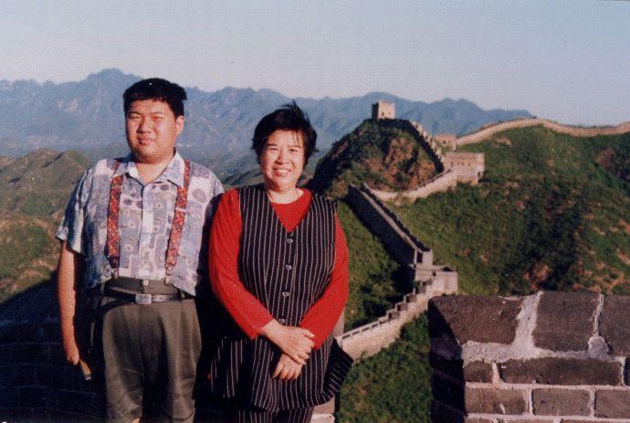毛新宇是毛泽东唯一的嫡孙、毛岸青与邵华之子。1993年加入中国共产党,现任中国人民解放军军事科学院战争理论和战略研究部副部长、中华全国青年联合会常委、全国政协委员。2010年7月20日,晋升少将军衔。(来源:凤凰网历史)图为毛新宇少将早年与母亲在长城上的珍贵合影。