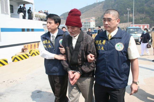 """2008年2月28日,中国大陆最后一名在台湾的劫机犯王志华终被遣返。这是一个危险人物——1993年,他利用肥皂和铁丝伪装成""""炸弹"""",将杭州飞往福州的一架民航飞机劫持到中国台北。而在1999年他第一次被遣返的行程中,其同伙又企图劫持押载他们的台湾飞机。(来源:河南商报)图为遭遣返的王志华(戴帽者),他显得很苍老。"""