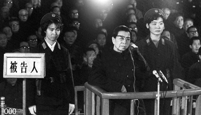 江青/在法庭上受审的陈良宇(新闻联播截图)...